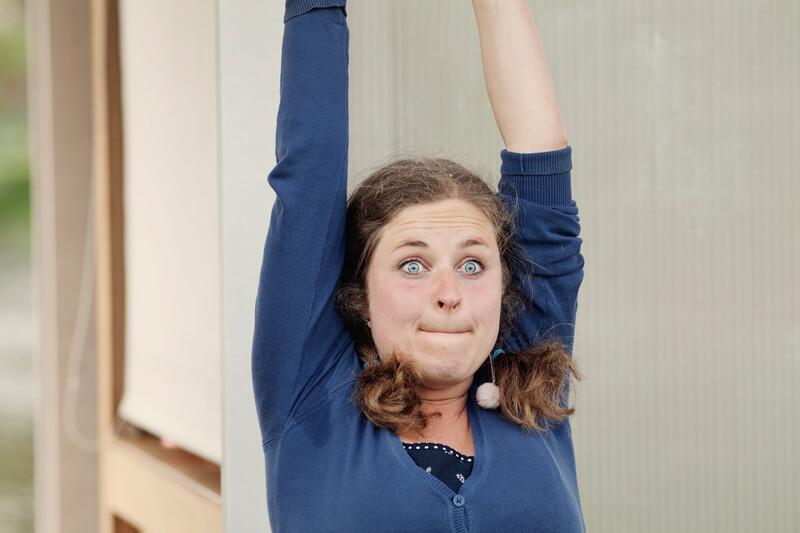 Theaterszene Bibergeil Kati hebt freudig die Arme in die Luft