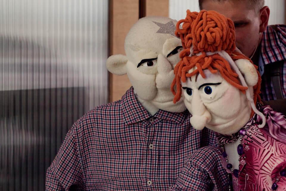 Theaterszene aus Hinter den Fenstern, Puppenfigur Elfi hilft Hans-Jürgen