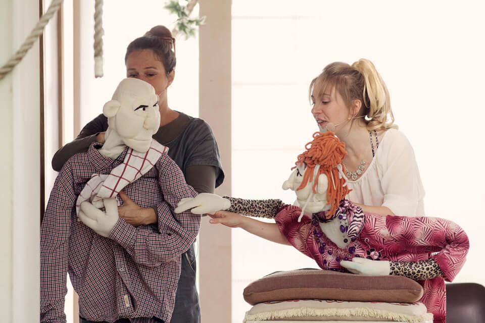 Theaterszene aus Hinter den Fenstern, Puppenfiguren Elfi und Hans-Jürgen putzen