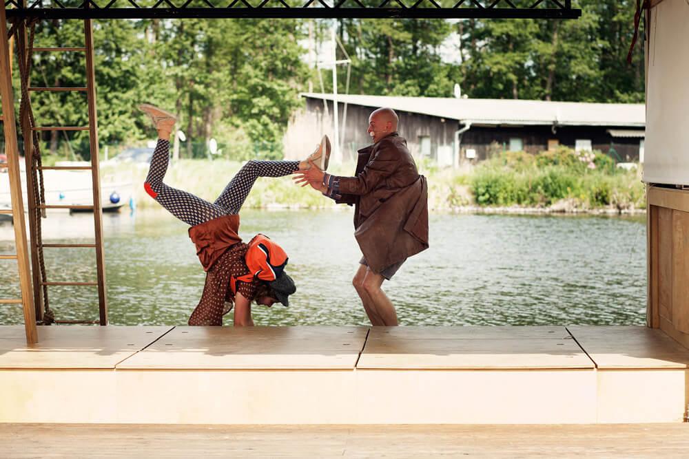 Theaterszene aus Planet Acasio, Finale mit den Figuren Eli und Flo