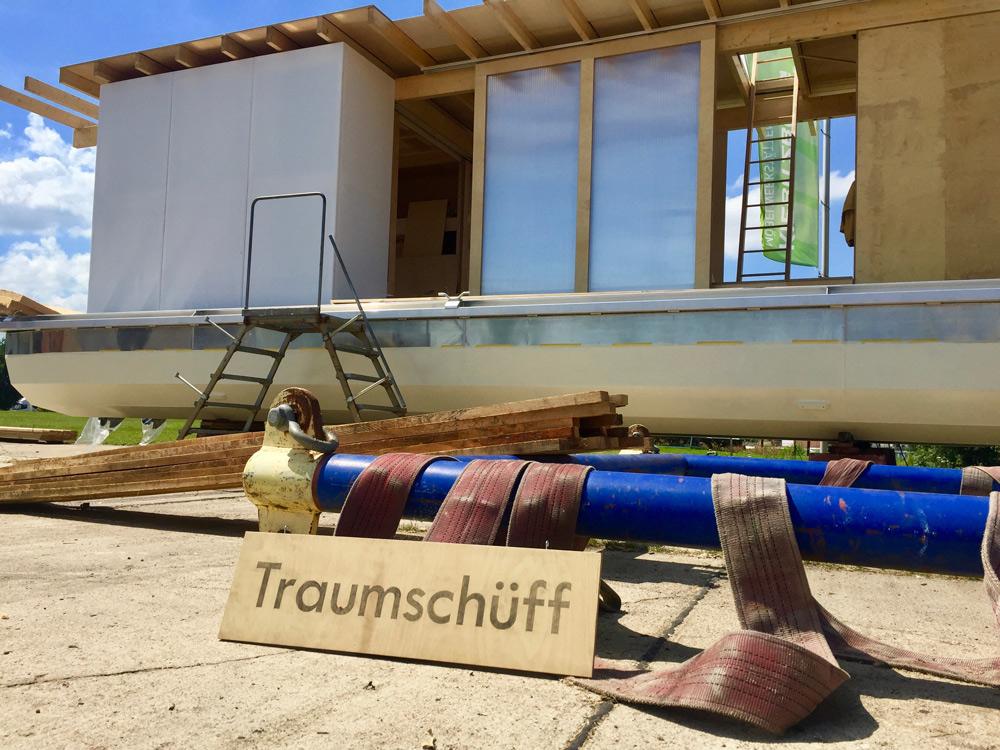 Bau des Traumschüffs Genossin Rosi, Bauhaus Weimar, Rohbau an Land, Blick auf das Traumschüff Schild