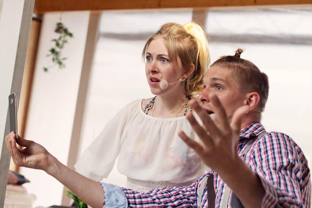 Theaterszene aus Hinter den Fenstern, Figuren Raul und Ilona schauen erstaunt