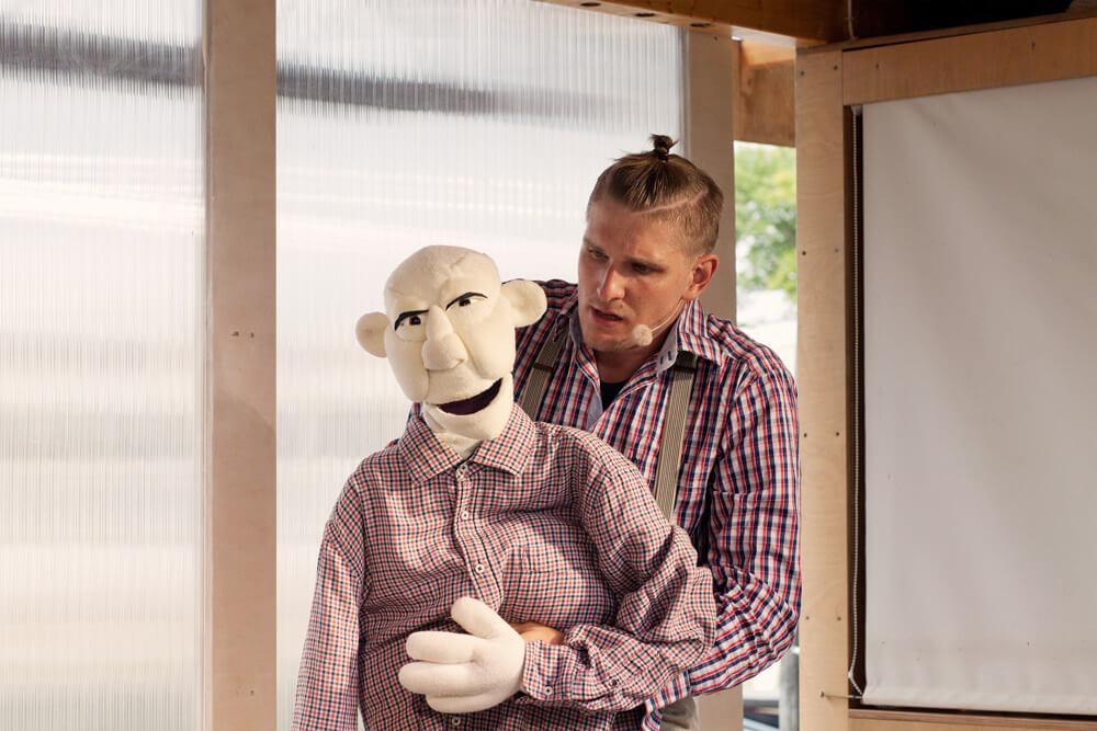 Theaterszene aus Hinter den Fenstern, Puppenfigur Hans-Jürgen