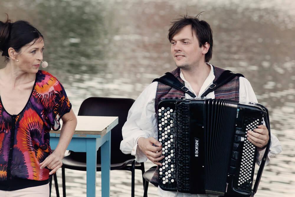 Theaterszene aus Bibergeil, Figur Anke und Musiker singen das Finale