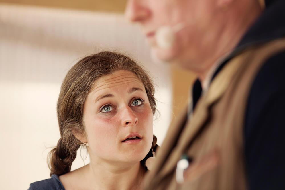 Theaterszene aus Bibergeil, Figur Kati schaut fragend