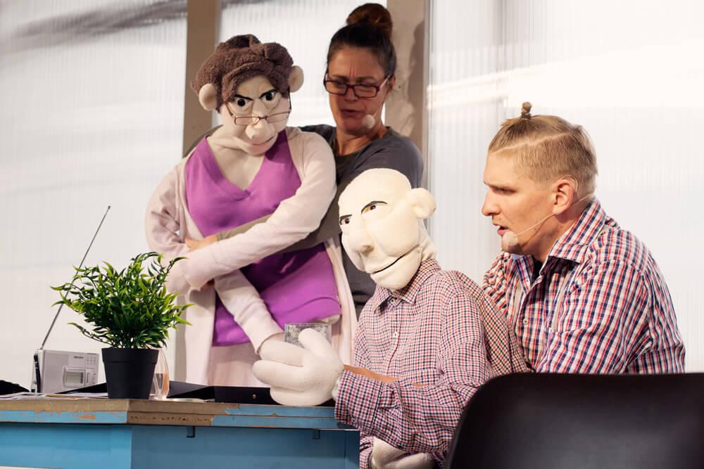Theaterszene aus Hinter den Fenstern, Puppenfiguren Helag und Hans-Jürgen im Gespräch