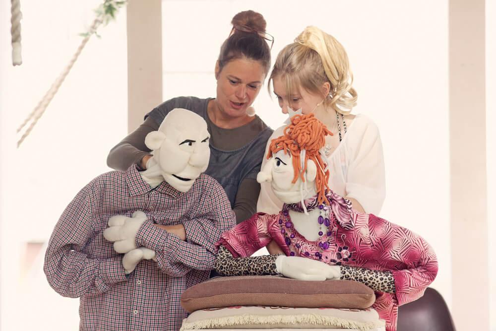 Theaterszene aus Hinter den Fenstern, Puppenfiguren Hans-Jürgen und Elfi stecken die Köpfe zusammen