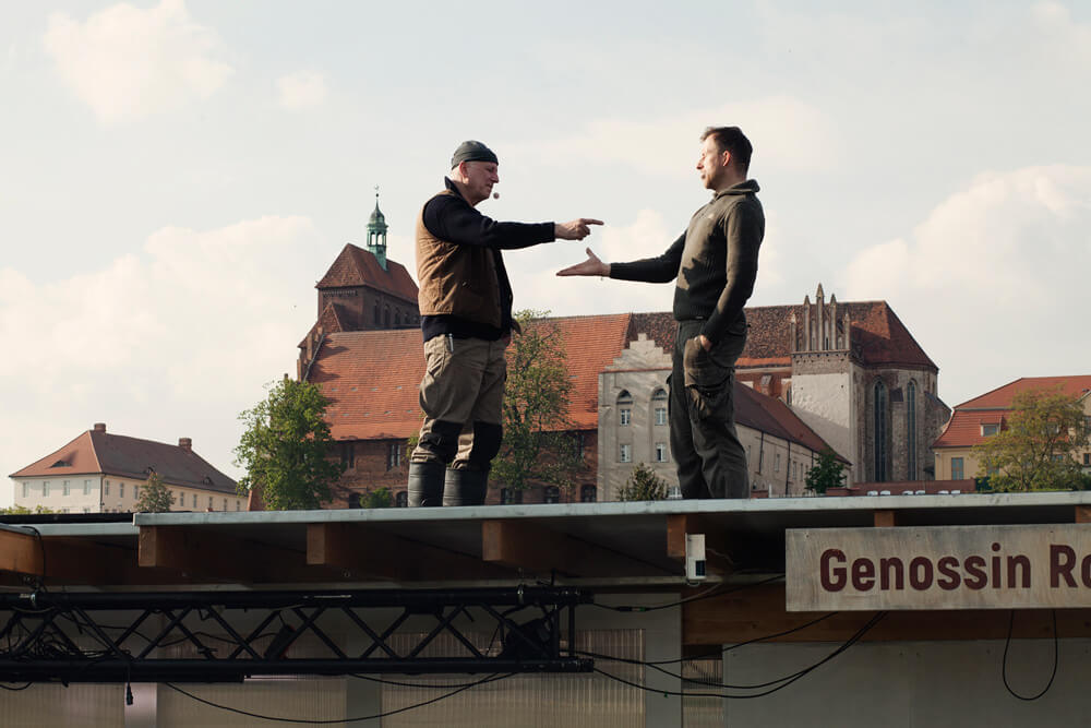 Theaterszene aus Bibergeil, Figuren Biber und Thomas machen einen Deal