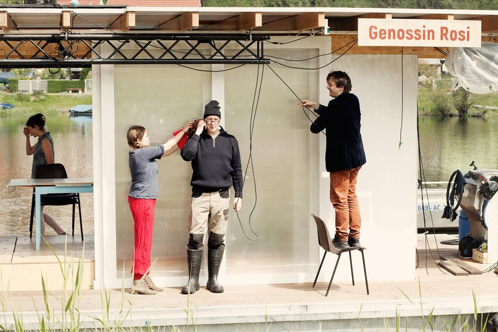 Theatervorbereitungen aus Bibergeil, Ensemble bereitet die Bühne vor