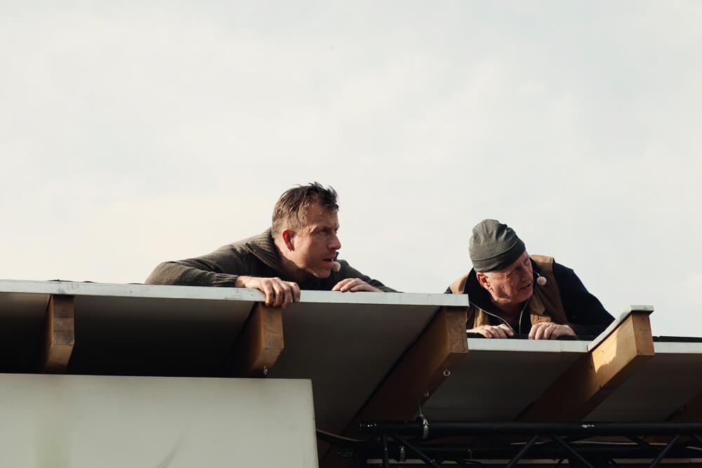 Theaterszene aus Bibergeil, Figuren Thomas und Biber lauern auf dem Dach