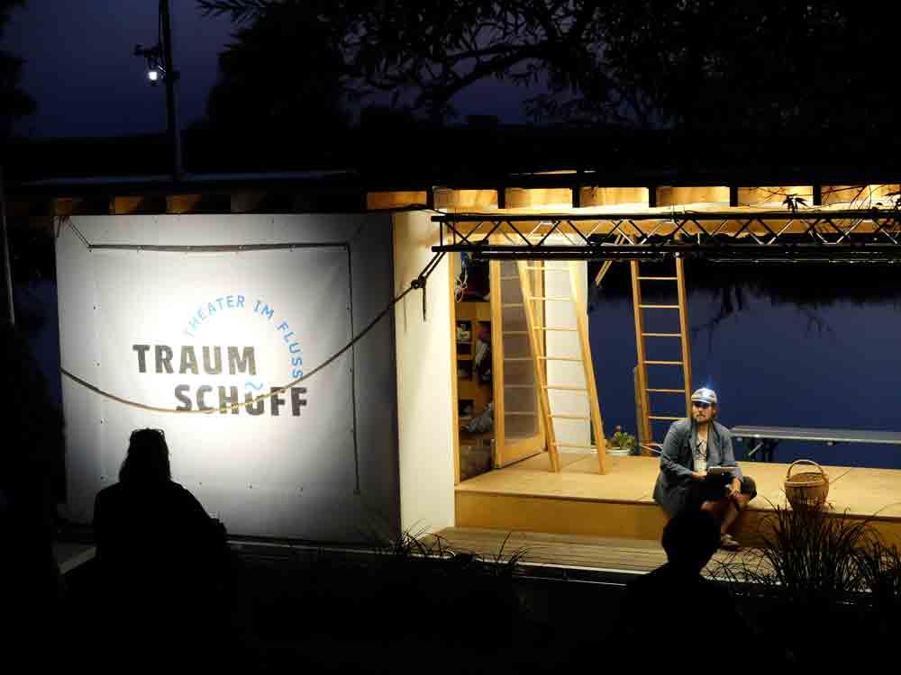 Offene Bühne in Strodehne, Auftritt im Dunkeln auf der beleuchteten Traumschüffbühne