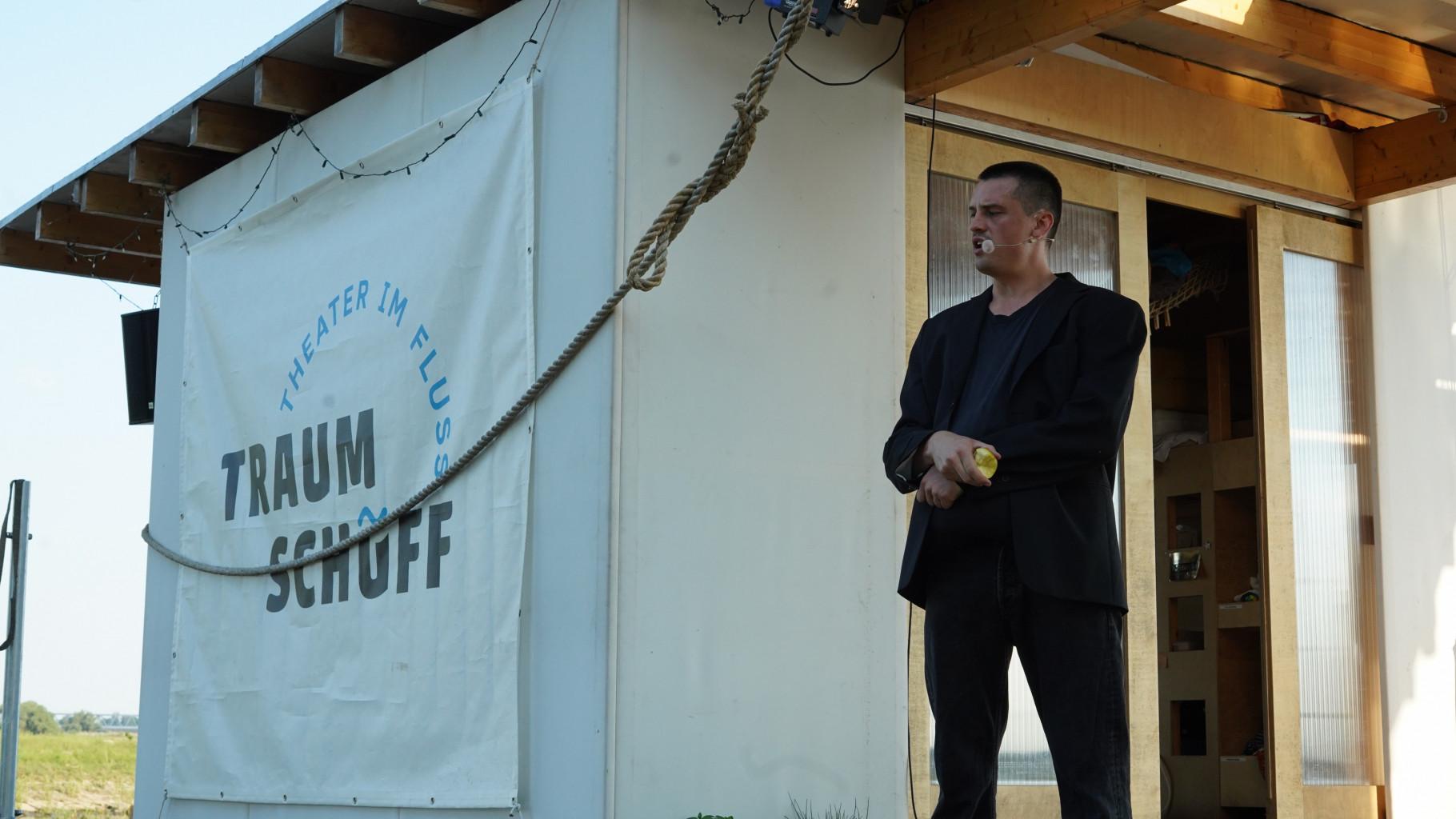Theaterszene aus Treue Hände, Figur Dirk isst einen Apfel