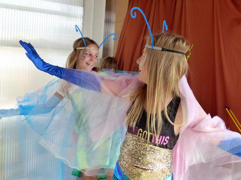Theatervermittlungsprogramm Theater begegnen, Zwei Mädchen in Schmetterlingskostümen tanzen
