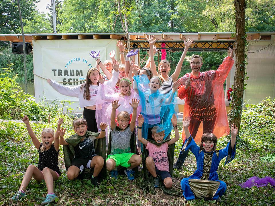 Theatervermittlungsprogramm Theater begegnen, Gruppe von Kindern jubelt vor dem Traumschüff zur Kamera