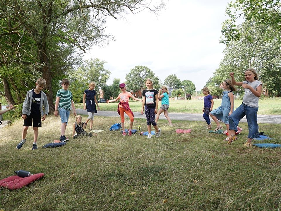 Workshop Nachbarschaftstheater in Strodehne, Kinder stehen im Kreis
