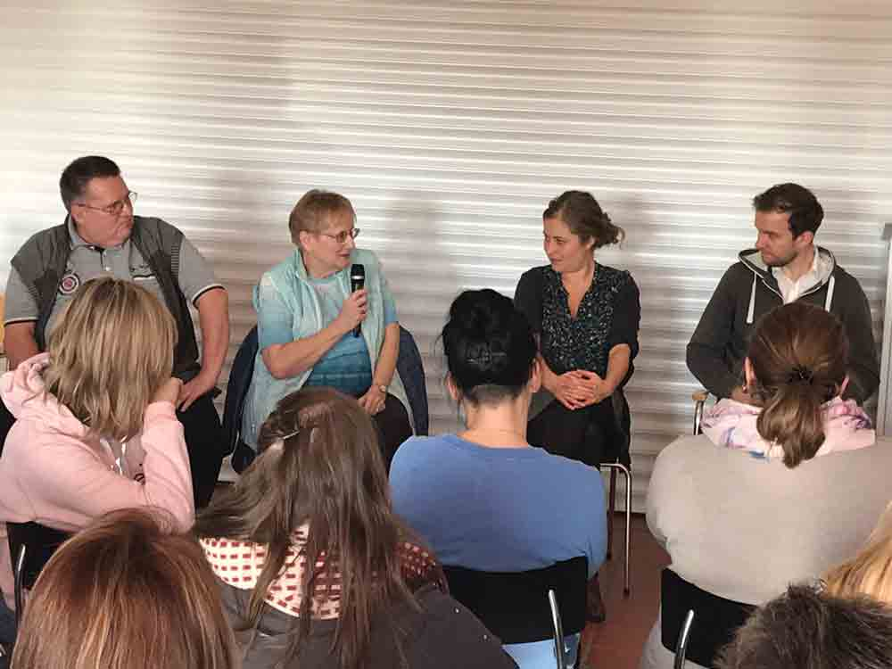 Gesprächsrunde zwischen Schauspielern und Publikum nach Theaterstück Antonia