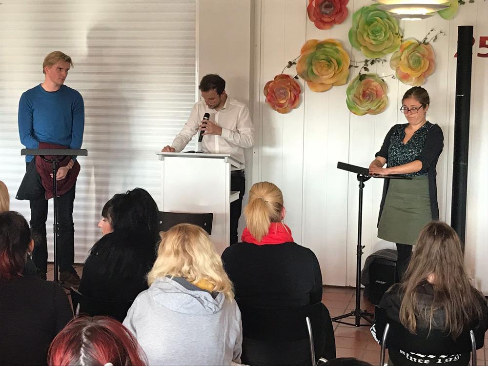 Theaterszene aus Antonia, Rede vor den Figuren Jannes und Kerstin Winter