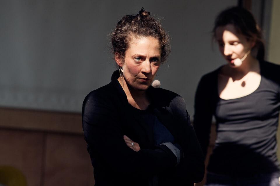 Theaterszene aus Treue Hände, Figuren Gitti und Sylvia streiten sich