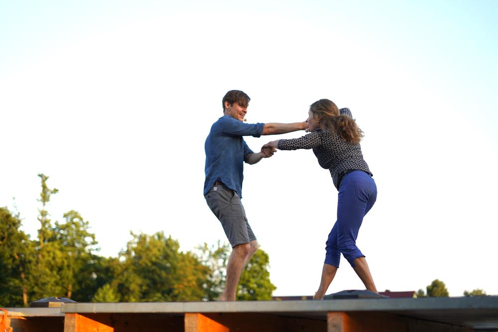 Lucas und Paula tanzen auf dem Dach