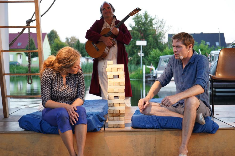 Theaterszene aus Durch den Wind, Figuren Paula und Lucas unterhalten sich