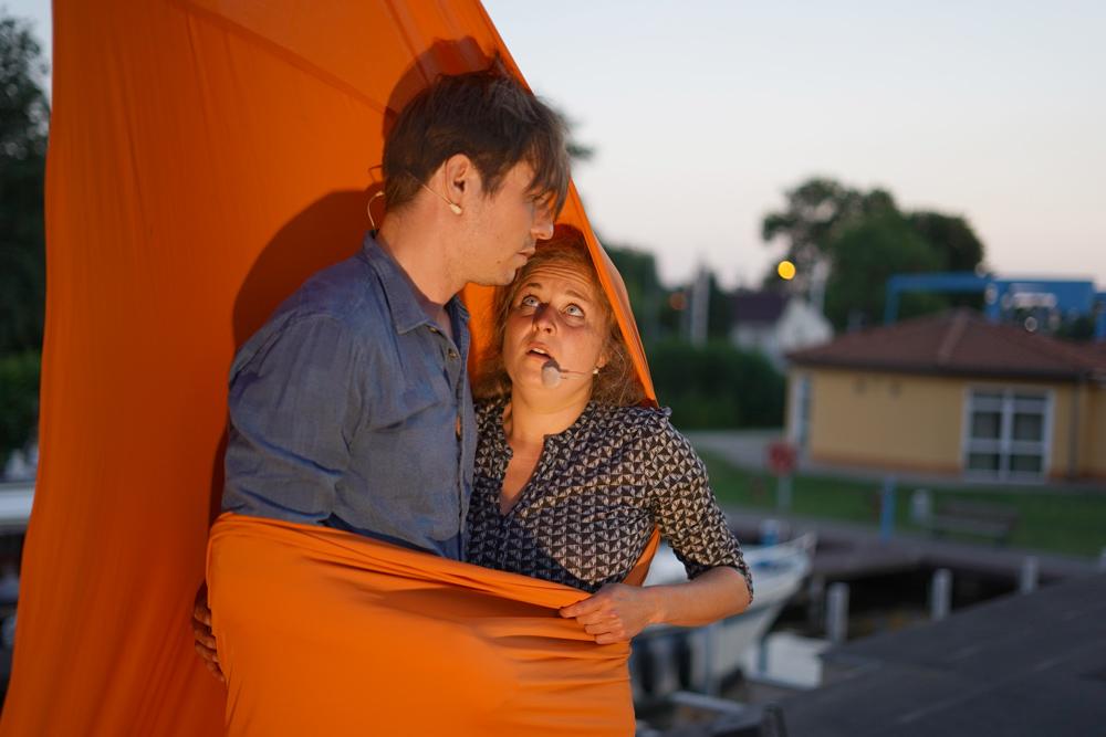 Lucas und Paula eingewickelt im Segel