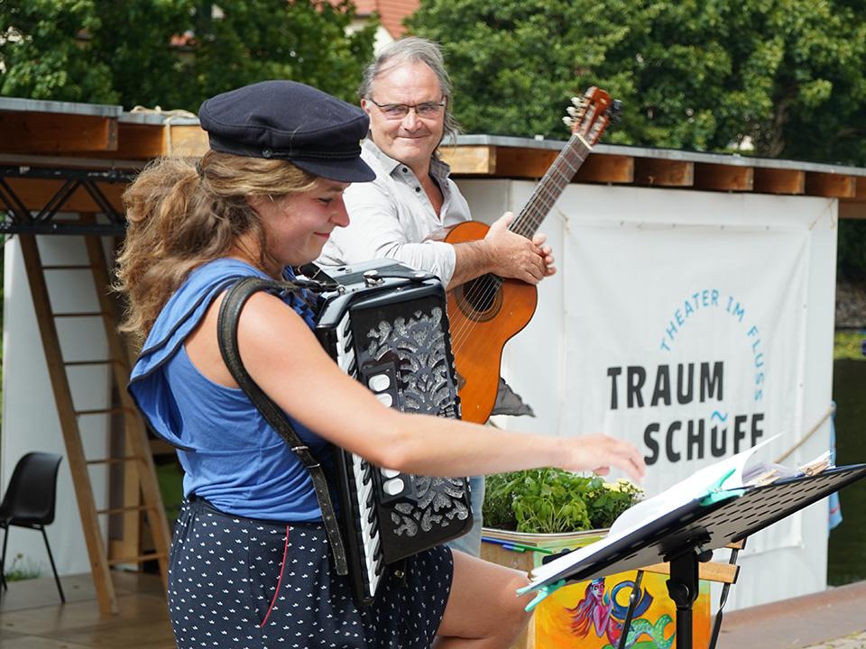 Ufermusik mobil 2020, Johanna Paliege und Thomas Henschel bereiten sich auf das Musizieren vor
